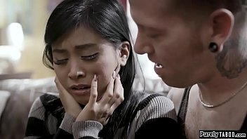 एशियाई किशोरों की जब उसके बड़े भाई आता है रो रही है
