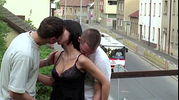 एक सड़क पर एक ट्रेन पुल पर किशोर लड़की के साथ गैंगबैंग त्रिगुट
