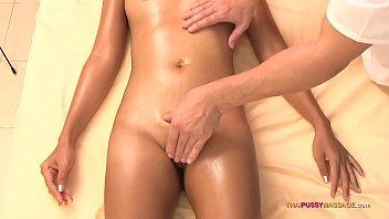 एशियाई लड़की नंगे पाँव सेक्स प्राप्त करता है
