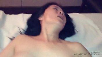 सींग का बना एशियाई महिला के साथ अंतरजातीय सेक्स